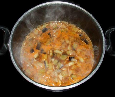 cuisson du bouillon de tomate de la moussaka libanaise sans viande