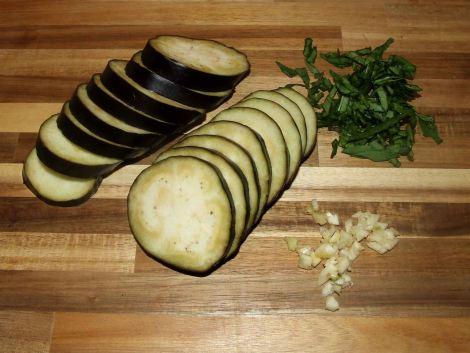 la découpe des légumes du les ingrédients du gratin d'aubergine à la parmesane