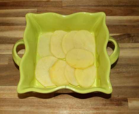le lit de pommes de terre comme base du gratin aux légumes