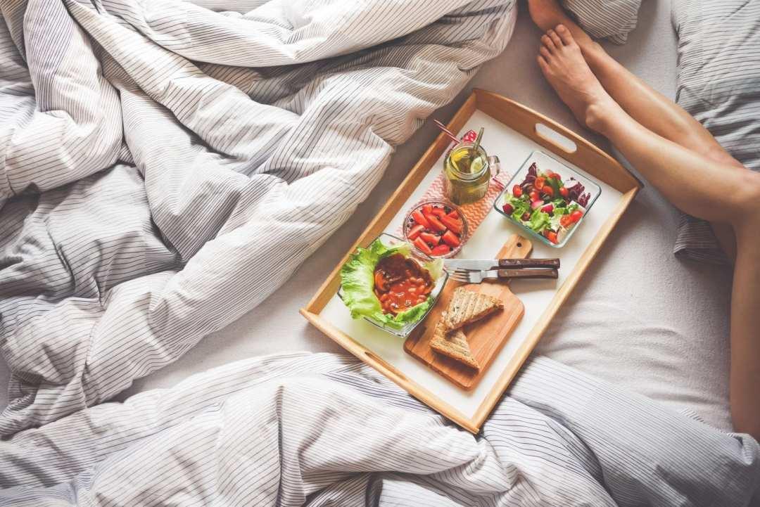 Manger au lit - Pexels