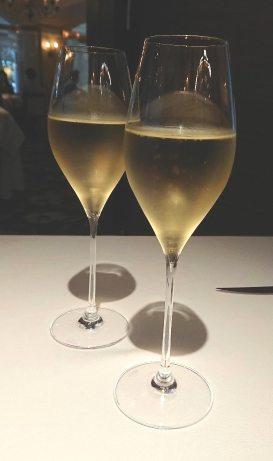歐華酒店地中海牛排館透過EZTABLE簡單桌訂位享有990/人,並且還贈送一杯香檳