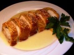 Muschilet de porc în foietaj cu sos olandez