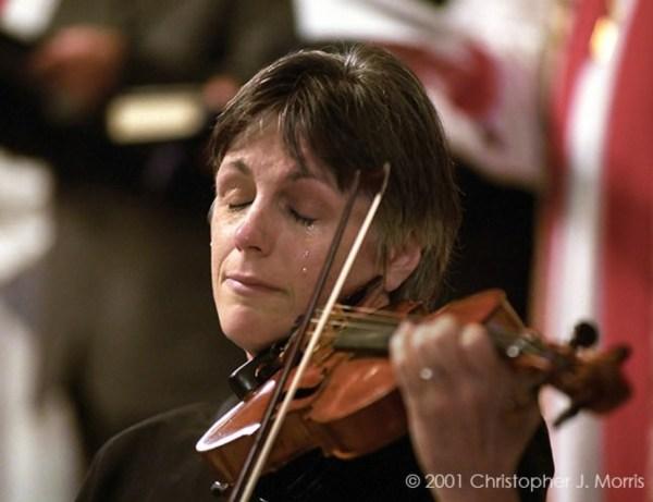 žena-svira-violinu