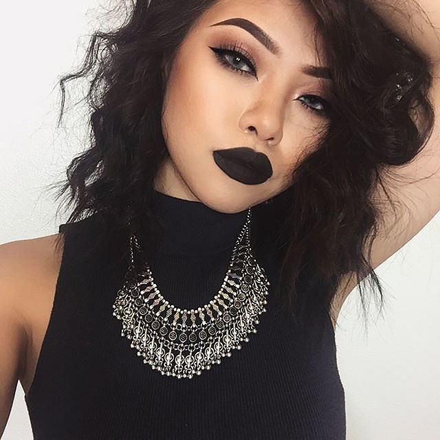 Girls-Wearing-Dark-Lipstick (6)