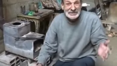 Photo of مشاهد مؤلمة لمسن في الغوطة الشرقية لا يجد الطعام (فيديو)