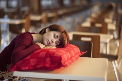 Женщина заснула в ночную смену сидя