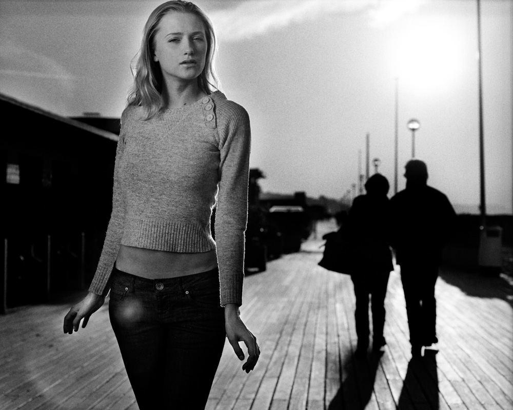 Photo de mode en noir et blanc de Katerina sur les Planches de Deauville par Stéphane Bourriaux