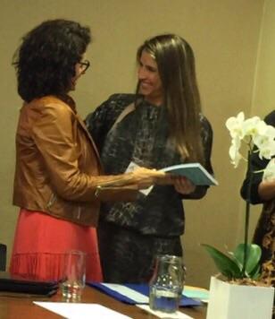 Camilla Biaggi Alvarenga, candidata da SPMG, recebendo o segundo lugar no prêmio Virginia Bicudo durante o pré-congresso da ABC