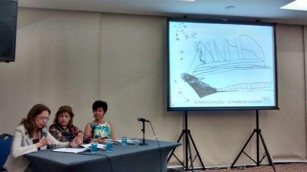 Marilia Macedo Botinha (SPMG) coordenando mesa de tema livre, constituídos por Heliana L. G. Reis (GepCampinas) e Giovanna A. M. de Lima (SBPSP)