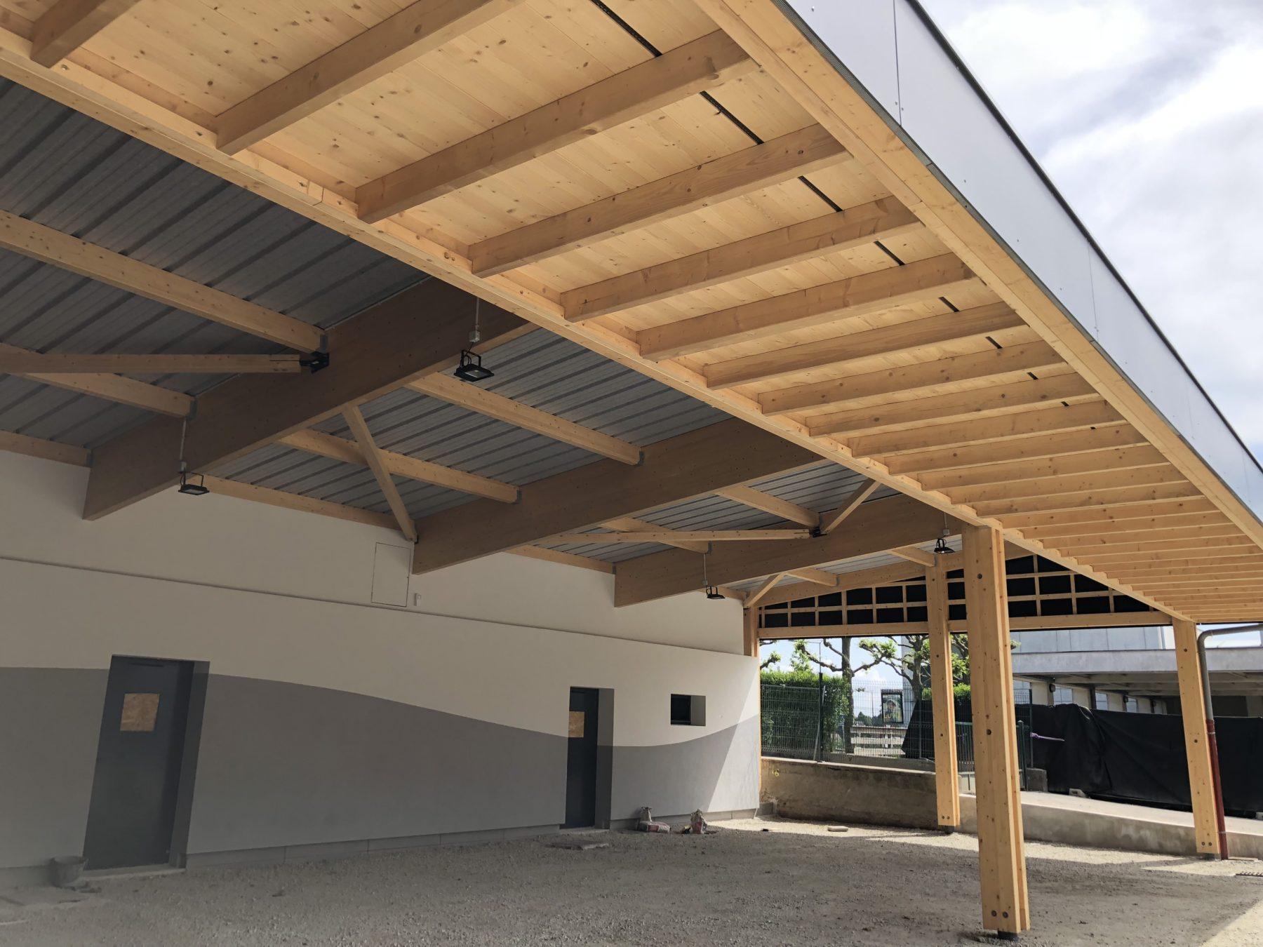 Structure bois du préau de l'école de Cruseilles