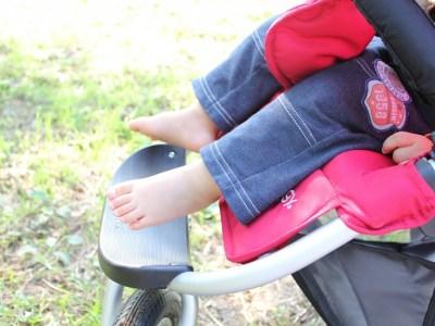 ベビーカーに乗る子どもの足