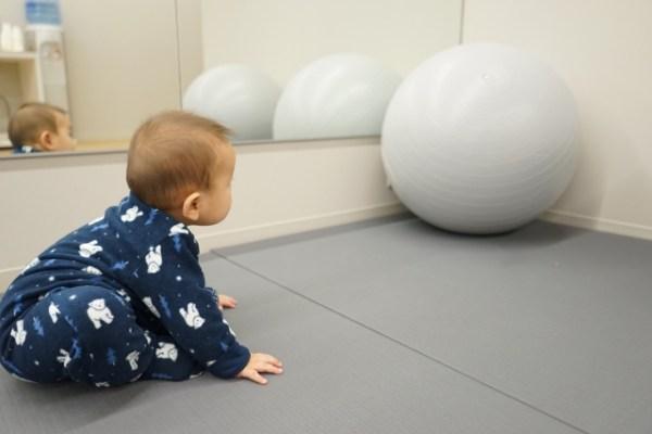 バランスボールに興味を持つ赤ちゃん