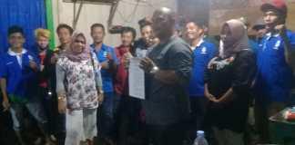 Ketua Koordinator Wilayah (K)SBSI Sumatera Barat Gusmawati Azwar. SH menyerahkan Surat Keputusan Mandat DPC FPPK (K)SBSI Pasaman Barat.