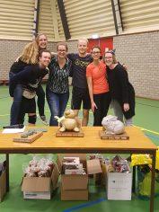 Martijn, Jildou, Marianne, Liza, Marrit en Jos. Organisatie stratenvolleybal