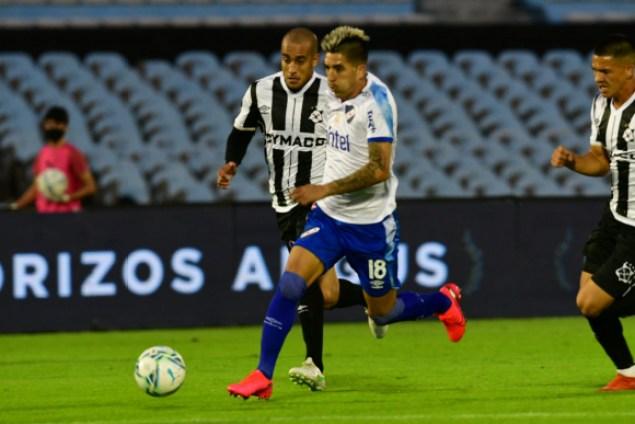 Leandro Fernández ante la marca de Guzmán Pereira en el Nacional-Wanderers. Foto: Francisco Flores.