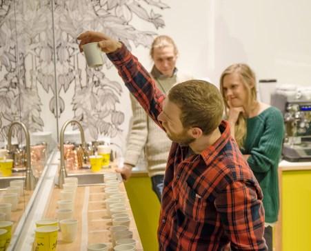 Mike Akins tarkistaa kuinka monta kuppia Eevi Sirviö maistoi oikein. Kuva Janne Merinen