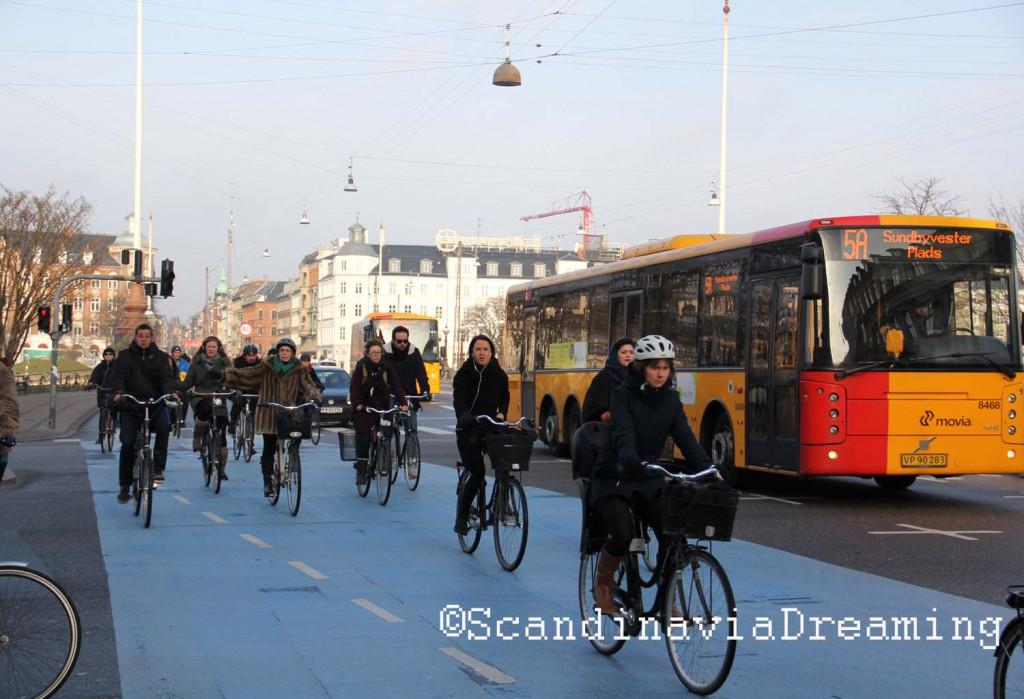 Pont de la Reine Louise, le plus fréquenté de la capitale danoise. La piste cyclable y est aussi large que la voie des voitures.