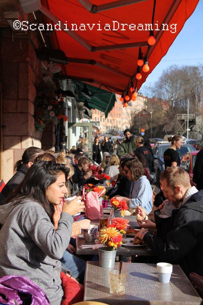 Skånegatan, animée par ces cafés en journée et ses restaurants et bars le soir.