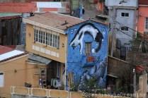 Chat bondissant sur une maison de Valparaiso