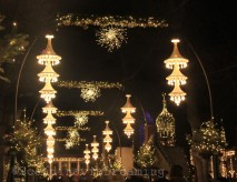 Allée de l'entrée principale de Tivoli aux lumières de Noël