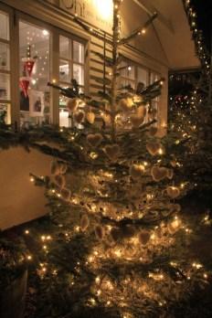 Sapin de Noël décoré de ceours de fourrure blanche