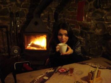Une boisson chaude au coin du feu