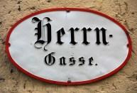 Nom de rue en lettres gothiques à Salzbourg