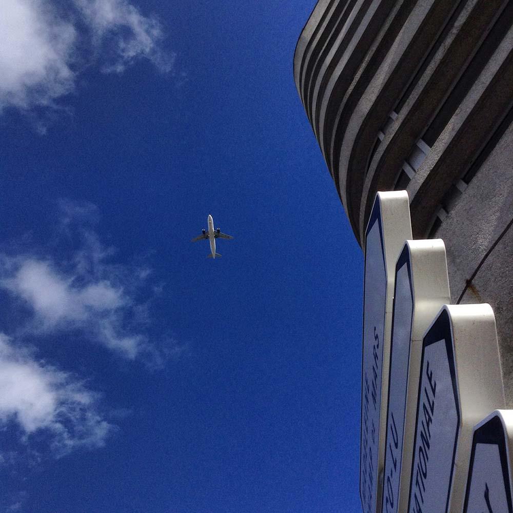 Un avion passe