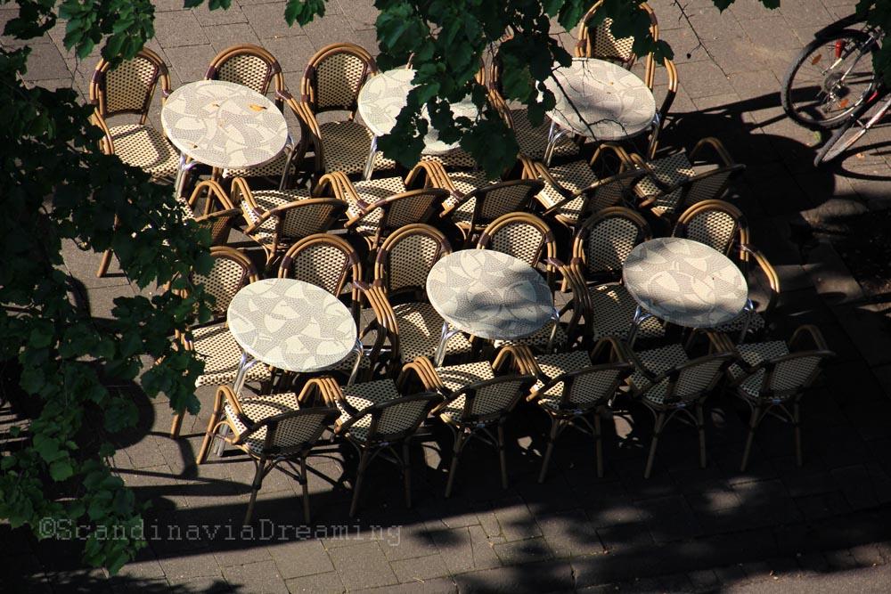 Terrasse de café au soleil