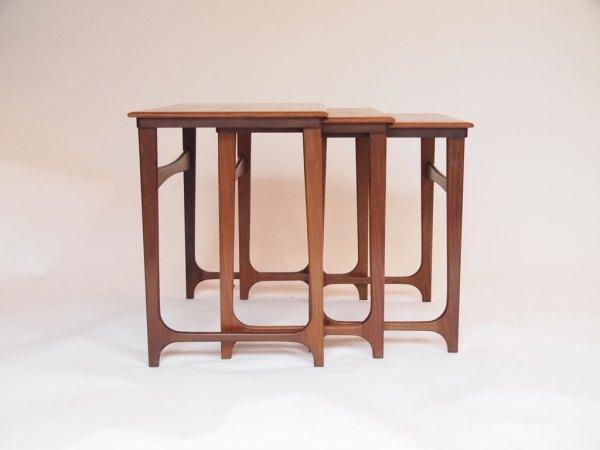 Tables gigognes danoise des années 50 en teck brun, superbe ligne épurée et rectiligne. Très esthétique. Restauré par nos soins : très bon état.