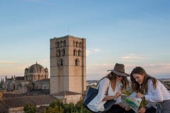 Vistas Catedral con turistas