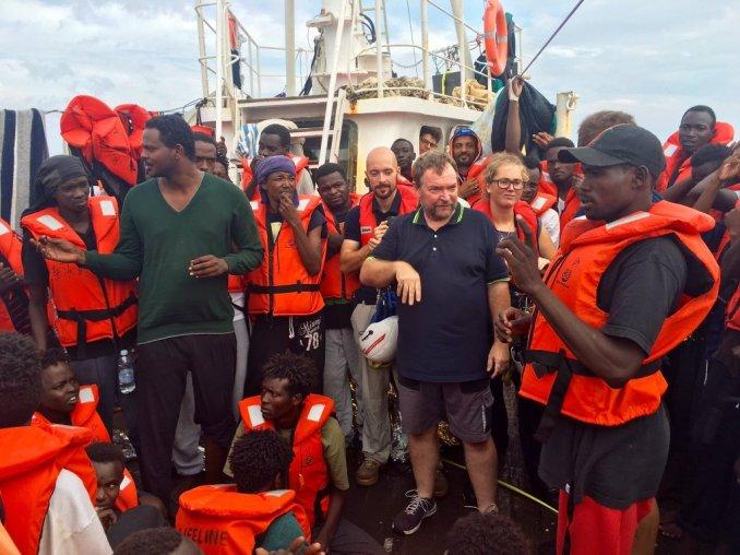 Le capitaine de l'Eleonore, entouré des migrants à bord. Crédit : Markus Rinderspacher / Twitter