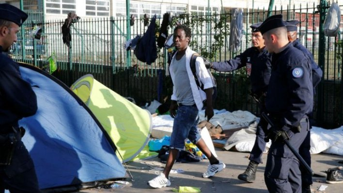 الشرطة الفرنسية توقف مهاجرا في مقاطعة لا شابيل في شمال باريس. رويترز