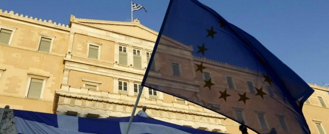 Protesters wave Greek and EU flags at the parliament building during a rally calling on the government to clinch a deal with its international creditors and secure Greece's future in the Eurozone, in Athens, Greece, June 22, 2015. Euro zone finance ministers welcomed new Greek proposals for a cash-for-reform deal on Monday but said they required detailed study and it would take several days to determine whether they can lead to an agreement to avert a default. REUTERS/Yannis Behrakis