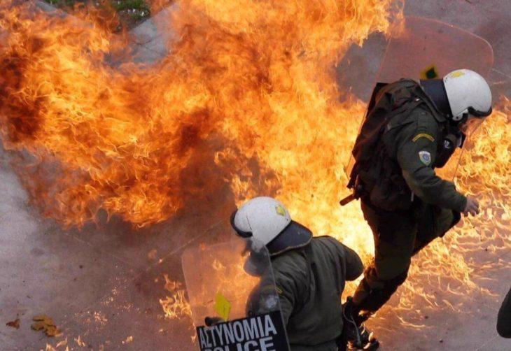 Grecia, le pensioni al rogo.