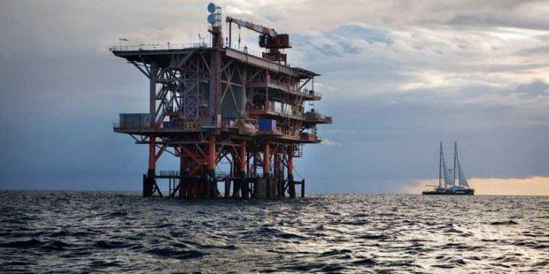 Nella foto distribuita dall'ufficio stampa il 31 luglio 2014 la Rainbow Warrior, nave simbolo di Greenpeace, entrata in azione nel mar Adriatico presso la piattaforma petrolifera Rospo Mare B, di propriet‡ Edison ed Eni. ANSA/UFFICIO STAMPA GREEN PEACE +++NO SALES - EDITORIAL USE ONLY - NO ARCHIVE+++