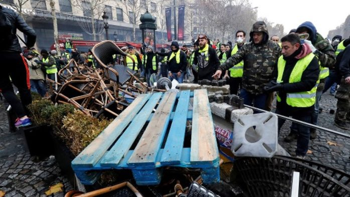 Prima vittoria per i Gilets Jaunes. Il Senato francese vota una mozione per bloccare l'aumento dei carburanti. (ed a spaccare Parigi è stata la sinistra)