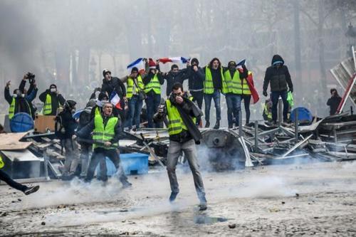 Il peggiori incubi si materializzano: una ottantenne di Marsiglia uccisa nel suo appartamento da un proiettile sparato dalla polizia francese durante le manifestazioni dei gilet gialli