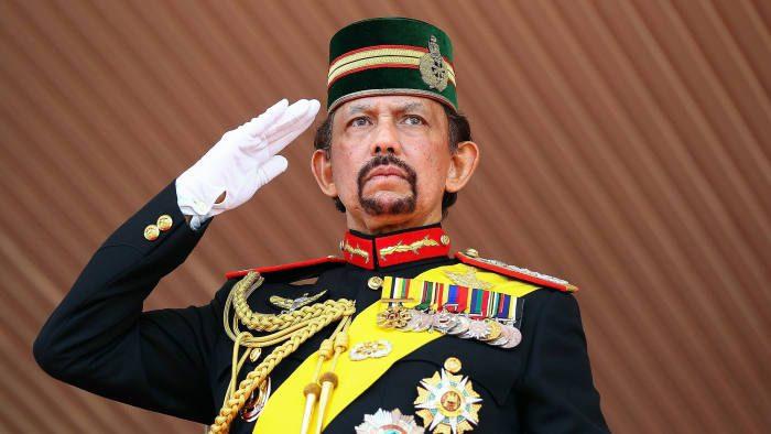 """La Lettera con cui il Sultano del Brunei chiede """"Comprensione"""" per la tagliare mani e lapidare (e dal suo punto di vista ha ragione)"""