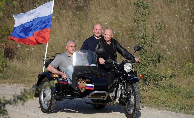 Il giro in moto di Putin accende la reazione dell'Ucraina (video)