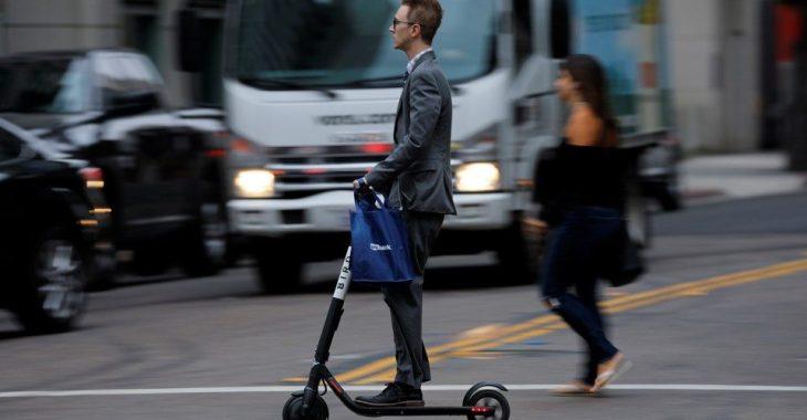 COME SALVARE IL CLIMA: schiantandosi con uno scooter elettrico.