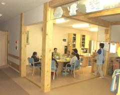 トド松の大黒柱と 丸テーブルを置いた食堂