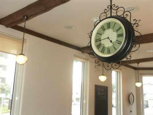 店内で確りと時を刻むお洒落な時計