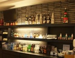 カウンター奥のボトル棚