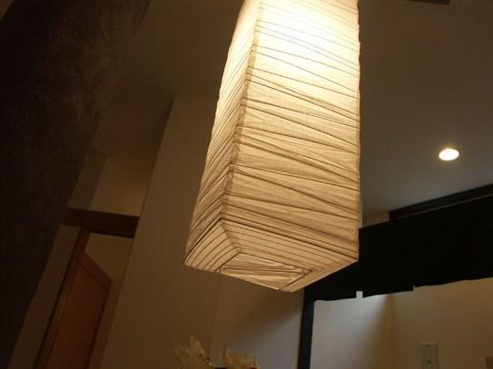 ホール中央に下がる和紙の照明器具