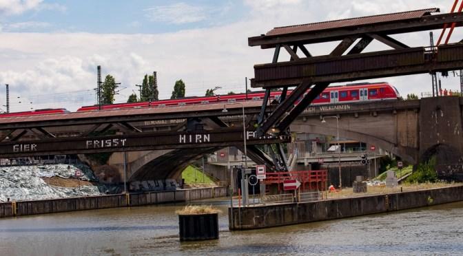 Der Holzsteg über den Neckar
