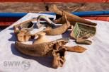 Fundstücke (hier Gebrauchsgegenstände und Tierreste) aus dem Bett des Nesenbaches