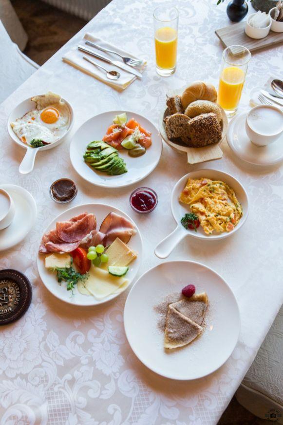 Frühstück am Tisch_