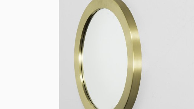 Round mirror in brass produced by Glasmäster at Studio Schalling
