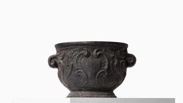 Cast iron urn Barockurnan by Näfveqvarns bruk at Studio Schalling
